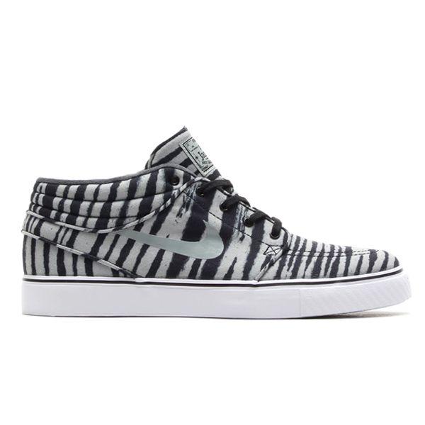 Sepatu Skateboard Nike SB Nike Stefan Janoski Mid Prm 642061-001 merupakan sepatu legenda untuk skateboarder tampil dengan motif yang keren yang menambah kebanggaan pemakainya. Harga sepatu ini Rp 1.099.000.
