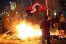 Un manifestante agita la bandera nacional con el retrato de Mustafa Kemal Ataturk, el fundador de la Turquía Moderna. http://www.rtve.es/mediateca/fotos/20130603/disturbios-protestas-primavera-turca/113255.shtml