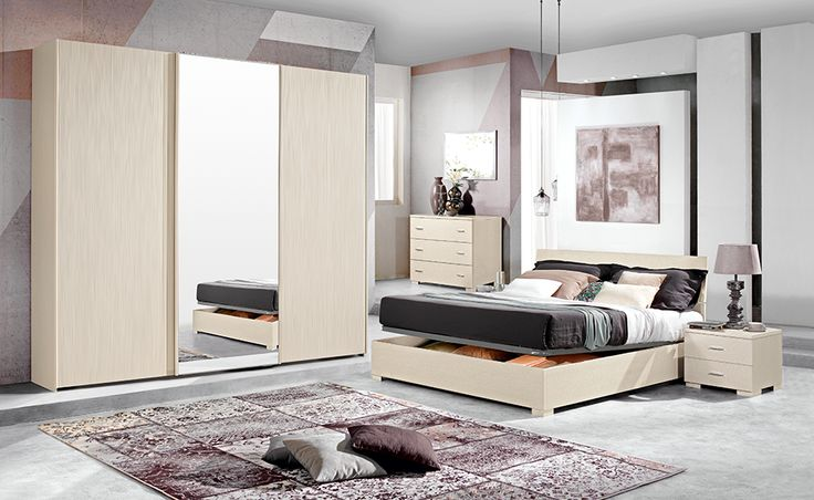 Con la camera completa Freccia hai tutto quello di cui hai bisogno: il letto contenitore, l'armadio ad ante scorrevoli, i comodini, il comò e la specchiera.