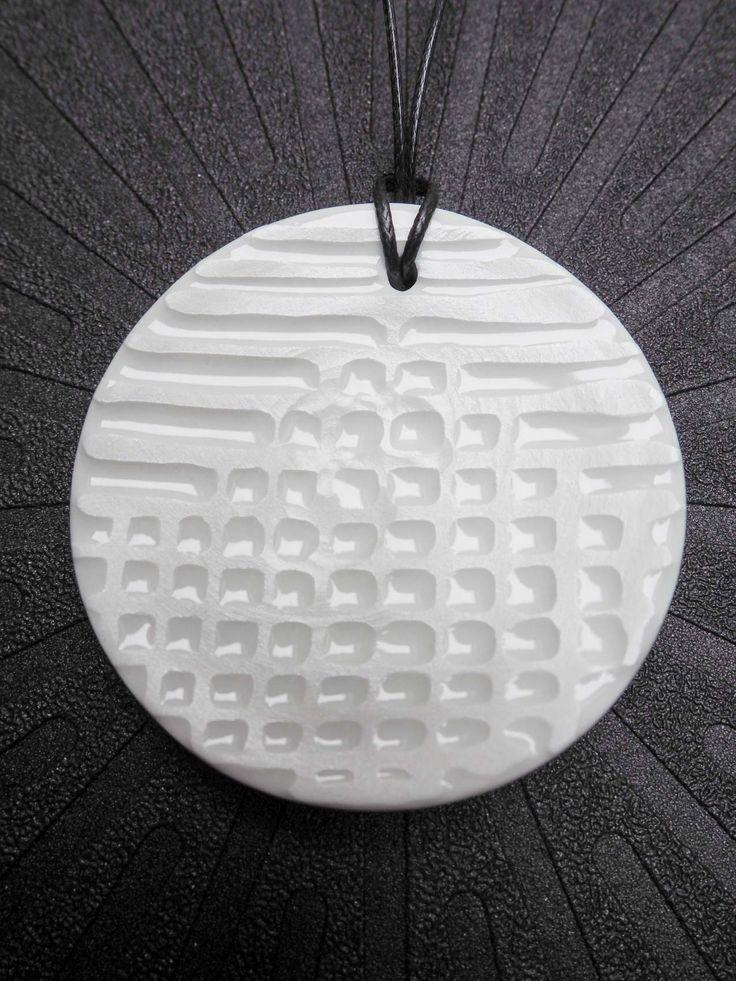 Medal Architektka 1 - Medal z białej porcelany dekorowany reliefem wybieranym. Szkliwo bezbarwne na polach wklęsłych. Średnica 6 cm. Więcej na www.dkporcelana.pl