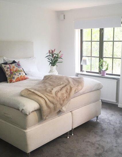 Vit säng och slät sänggavel. Stålben, dubbelsäng, gavel, sovrum, inredning. http://sweef.se/19-sangar