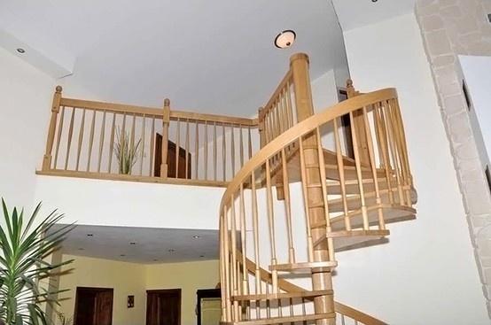 klasyczne schody kręcone z drewna bukowego dostawione do antresoli