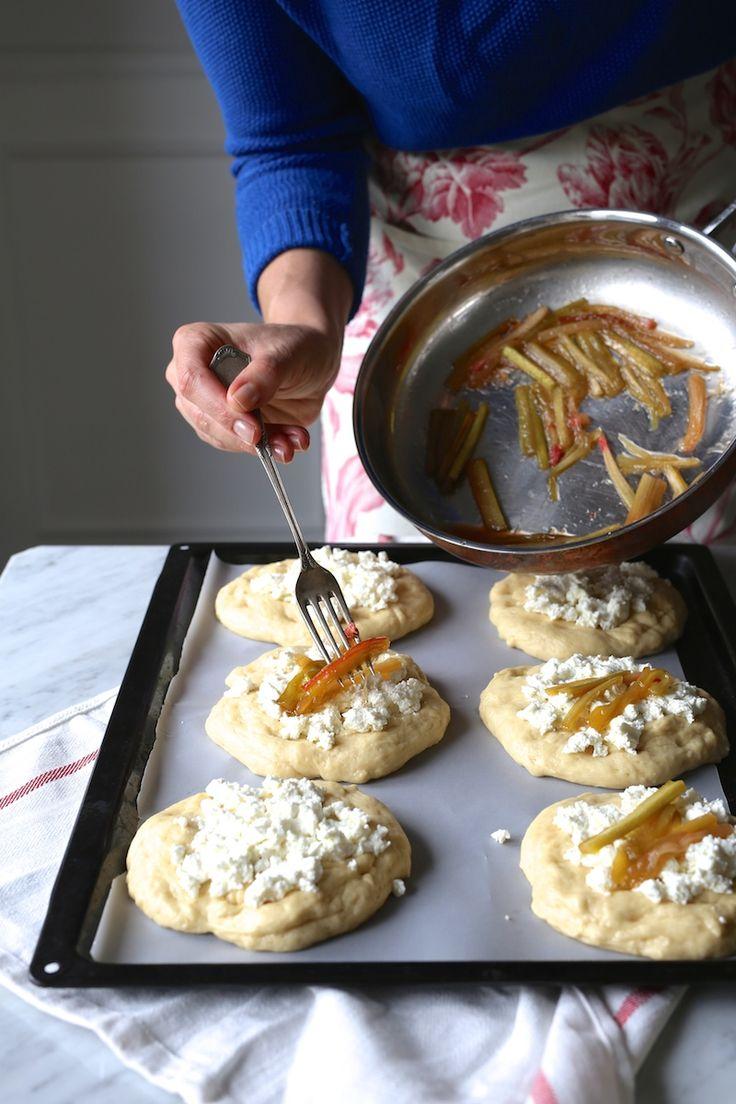 Skład: 400 g mąki pszennej 150 ml ciepłego mleka 30 g świeżych drożdży 40 ml oleju roślinnego 2 jajka 60 g cukru 80 g masła wierzch: ok. 250 g sera twarogowego (najlepiej ze Strzałkowa) 2 gałązki rabarbaru 3-4 łyżki brązowego cukru Umyty i obrany rabarbar kroimy w paski (patrz na zdjęciu) o długości ok. 3 …