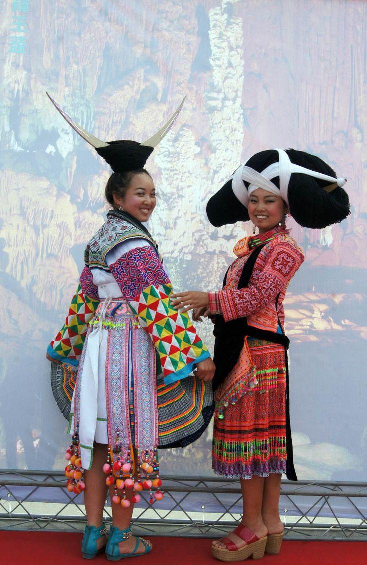 Trajes típicos de grupos minoritários no Sudoeste da China.
