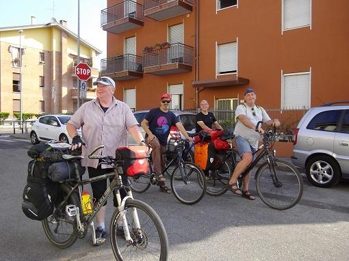 Norbert-Walter e Heiner di Berlino hanno percorso la ciclopista del sole da Insbruck a Verona.   Sono stati ospiti del Bed and Breakfast La Casa di Paolo e hanno proseguito la ciclopista fino a Venezia. Paolo li accompagna dal B alla pista ciclabile a Sud