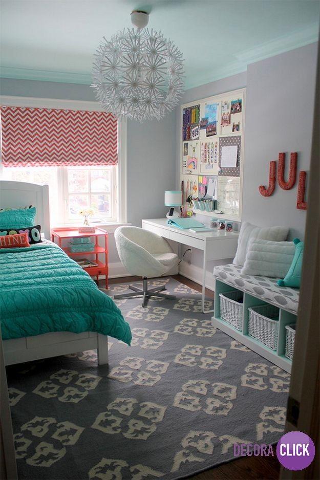 Esse quarto ficou um charme. Reparem nas cores suaves utilizadas, o verde deu um contraste especial e o lustre também deixou o ambiente ainda mais lindo. Um projeto da designer de interiores Sarah Gunn.