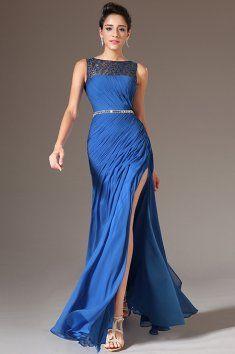 Zářivě modré elegantní šaty Plesové šaty v zářivě modré barvě Živůtek je plně skládaný s vestavěnou podprsenkou a bohatým krajkovým zdobením a flitry. Výstřih je kulatý až ke krku. Součástí šatů je i ozdobný stříbrný pásek s kamínky Sukně je také skládaná s vysokým rozparkem na levé straně Šaty mají skrytý zip na straně Celé šaty jsou lemované po celé délce