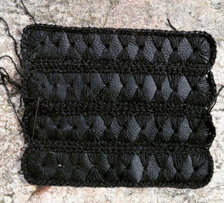Leather and yarn ◻◼◻#leather #leatherbag #crochetbag #crochetfashion #crochettexture #textilart #handmade #diy #recycledbags #recycledfashion #recycle #black #blackoutfit #allblack #tekstura