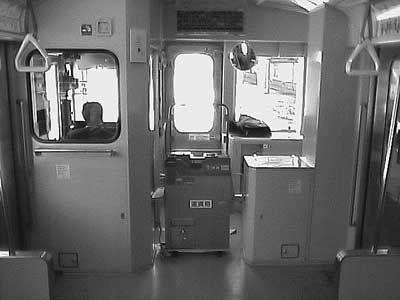 ワンマン運転用に設計された気動車は、開放的な造りになっている。前の展望を楽しめるのが、うれしい。[2004/1 新庄駅 JR陸羽東線3132D快速湯けむり小牛田行 車内(キハ112形)]© 2010 風旅記(M.M.) 風旅記以外への転載はできません...