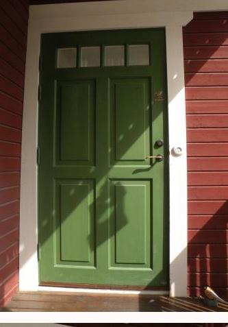 ytterdörr med fina fönster högst upp
