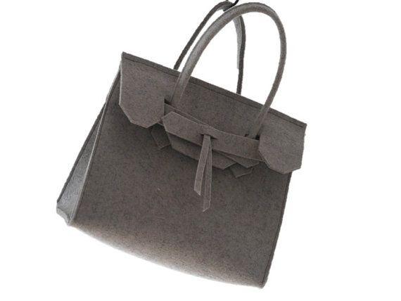 Modieus, super lichtgewicht en gewoon de juiste maat te dragen uw essentials of partij gaan s nachts! De ArtAK KUNST Mini tas is het stijlvolle, lichtgewicht, duurzaam en uitstekend in elke denkbare wijze!  Materiaal: 3mm dik premium wol Design voelde Afmeting: 10 L x 8 H x 4 D  De ArtAK Mini tas is ideaal voor kleine meisjes eerste designer tas... net als mama!  Gelieve uw kleurselectie opgeven en desgewenst uw initialen op uw ArtAK zak laat het ons weten zonder extra kosten! Bladeren maken…