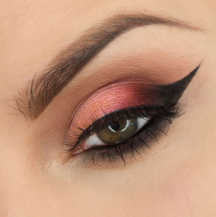 Duochrome cat eyes by Justyna Kolodziej uses Makeup Geek Eyeshadows in Mai Tai (duochrome), Bitten, Cocoa Bear, Corrupt, Frappe, and Peach Smoothie + Makeup Geek Gel Liner in Immortal.