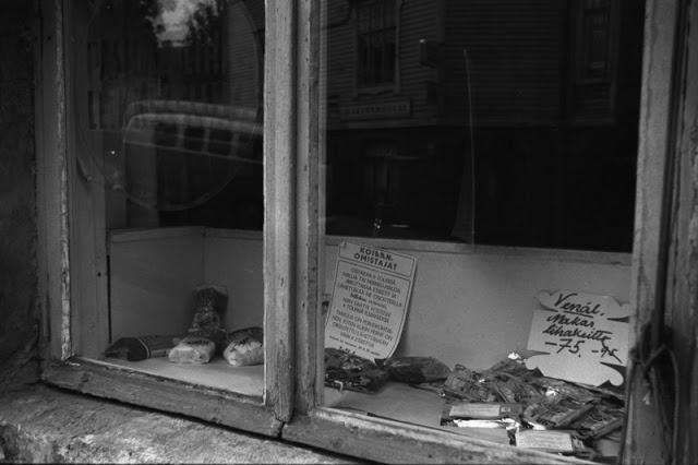 Pasilan liha- ja leikkeleliikkeen ikkuna Länsi-Pasilassa. 1970