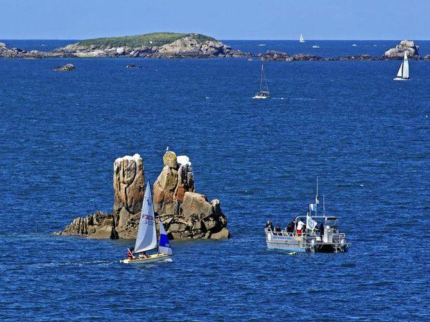 La baie de Morlaix est parsémée d'îles et de rochers (Finistère, France).