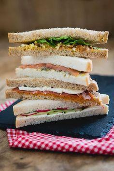 Bij een high tea horen natuurlijk sandwiches, bijvoorbeeld een klassieker met komkommer en radijs. In dit artikel vind je 4 high tea sandwiches.