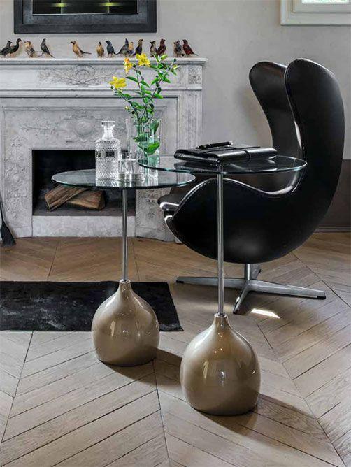 Adachi by TONIN CASA. Tavolino con base in agglomerato di marmo, stelo in metallo cromato e piano in vetro temperato. Adachi è perfetto in coppia ed in diversa altezza, poichè riesce a dare un tocco di eleganza e dinamicità al salotto.