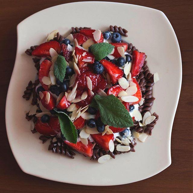 Makaron czekoladowy na słodko z sosem jogurtowo-waniliowym z owocami i migdałami 🍓🍫🍫🍓🍓🍒🍒 Link in bio #new #newpost #makaron#chocolate #breakfast #vegan #veganfood #fruits #strawberries #pasta #sweets #yum #delicious #pyszności #mypassion❤️ #migdały #food #yummy