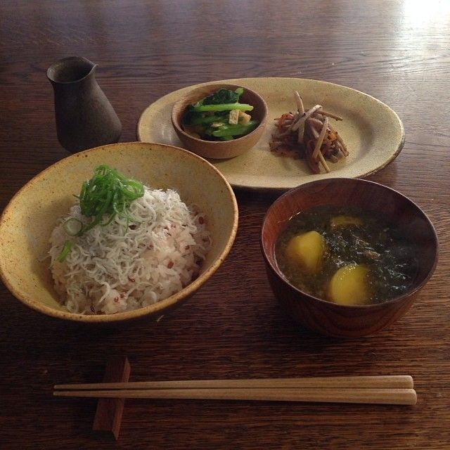 .@ito_guruma   しらすご飯! ..... ・しらすご飯 ・小松菜と油揚げの煮浸し ・金平ごぼう ・あお...   Webstagram