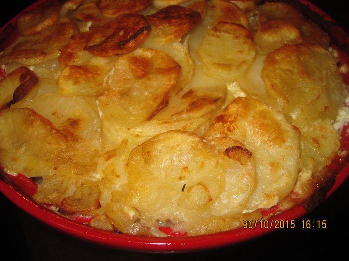 Картофель «Буланжер». Французский рецепт, из простых ингредиентов, восхитительное блюдо! Нарезанный тонкими ломтиками картофель, замечательно запекается в духовке, а новые вкусовые оттенки ра…