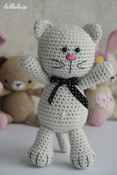 Simple amigurumi cat based on a free pattern by lilleliis ✿⊱╮Teresa Restegui http://www.pinterest.com/teretegui/✿⊱╮
