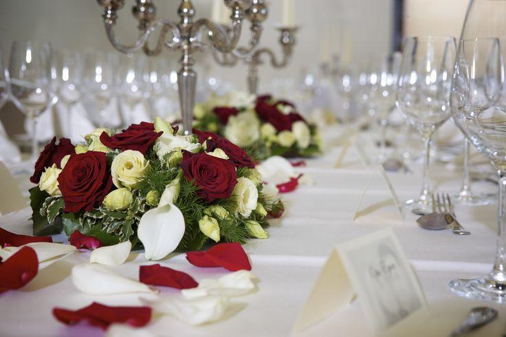 elegant festliche tischdeko mit rosen speziell f r die hochzeit. Black Bedroom Furniture Sets. Home Design Ideas