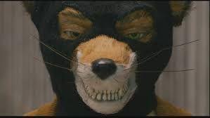 Screenshot uit Fantastic Mr. Fox geregisseerd door Wes Anderson. Dit is natuurlijk een centrale en symmetrische compositie. Hier komt Mr. Fox eng, griezelig over. Dit komt door de bivakmuts deze benadrukt hoekige vormen. Ook toont hij zijn scherpe, hoekige tanden. Er wordt ook gezegd dat als het menselijke gelaat niet herkend zoals bij clowns, bivakmutsen, motorhelmen,... dat deze personen gevaarlijker overkomen, waardoor sommige mensen bang worden.