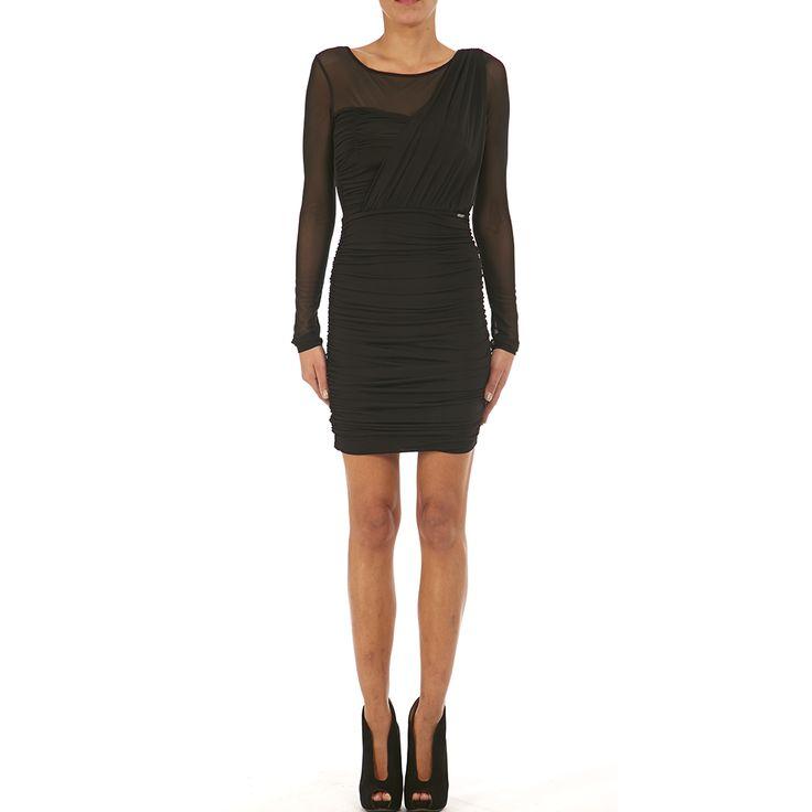 Εφαρμοστό ντραπέ μαύρο φόρεμα με διαφάνεια στα μανίκια και στους ώμους. Συνδυάστε το με ψηλοτάκουνα peep toe μποτάκια για βραδινές εμφανίσεις.