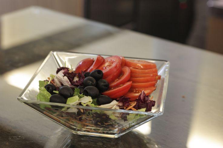 Insalatona fantasia, con verdure di fresche di stagione. Indicata d'estate e inverno.
