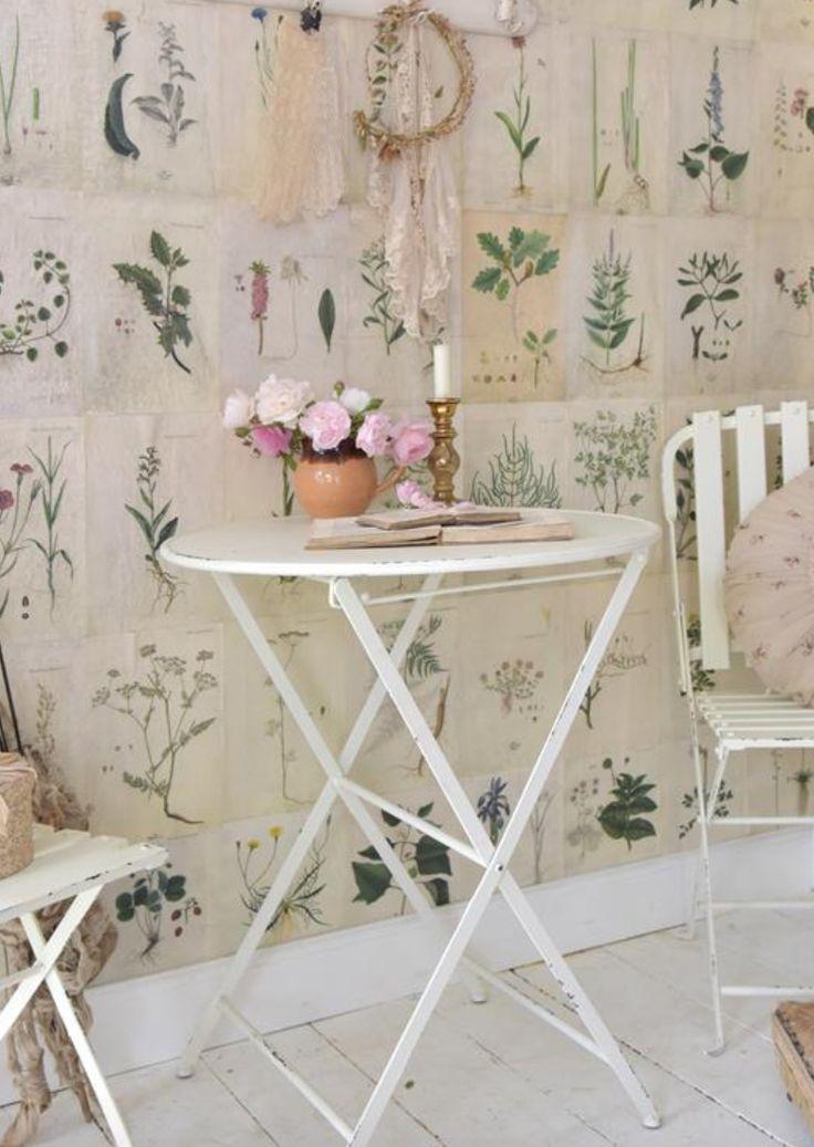 Mesa plegable metálica redonda  . Estilo Shaby Chic #decoracion #interiorismo #muebles #instacasa #shabbychic