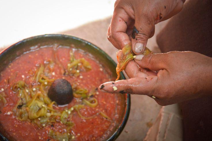 La salsa de chiles de agua con tomate se elabora para acompañar las Tlayudas. Doña María compartió su receta