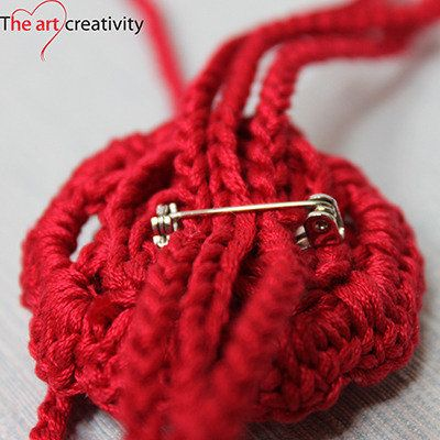 Spilla a uncinetto a forma di rosa. #uncinetto #rosso #spilla #rosa #flower #handmade #fattoconilcuore #MissHobby