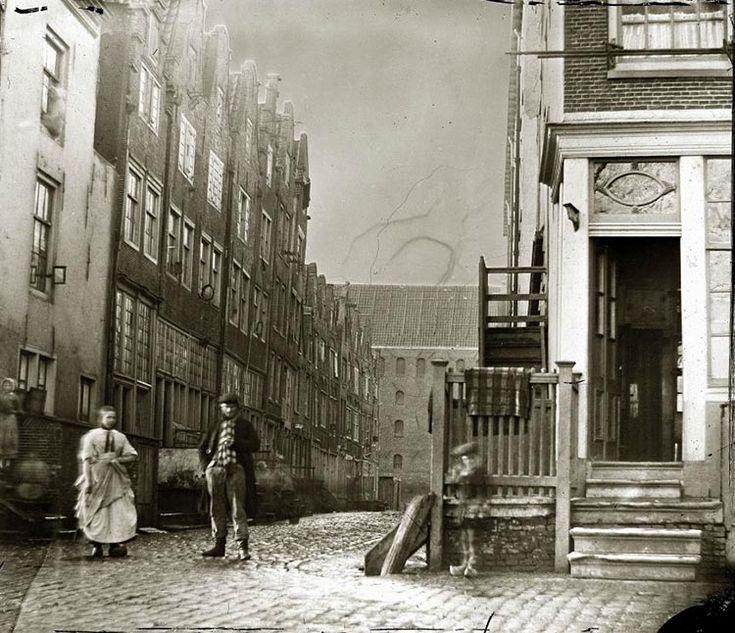 Amsterdam, deze technisch heel geslaagde foto werd in 1864 gemaakt door Jacob Olie. Hij stond op de Zandhoek en keek de Taanstraat in.