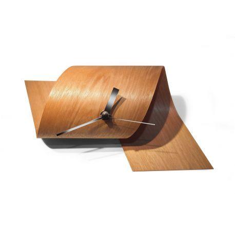 Compra online el nuevo reloj de la firma especializada Tothora, modelo Loop. Fabricado en madera de color cedro. Perfecto para decorar mesas de despacho.