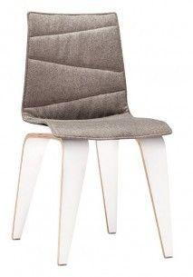 PIGI PG300130 Krzesło z nogami ze sklejki w okleinie klon, dąb, orzech lub laminacie HPL w kolorze białym, grafitowym, czarnym. Oparcie z siedziskiem krzesła z profilowanego elastycznego tworzywa w kolorze białym, srebrnym, czarnym. Tapicerowana poduszka z przeszyciami z możliwością zdjęcia w celu czyszczenia. Ślizgi do wykładzin dywanowych, w opcji do podłóg twardych.