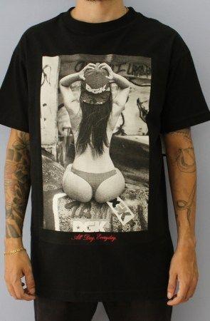 Camiseta DGK Fundada em 2002 pelo lendário skatista Stevie Willians, a DGK é um tributo aos skatistas advindos de bairros menos favorecidos nos EUA.  A sigla, que significa Dirty Ghetto Kids (Garotos Sujos do Gueto), era como a crew original da DGK era chamada pelos outros skatistas no LOVE Park na Filadélfia, EUA. Eles aderiram esse nome e criaram a marca baseada neles mesmos, mas nunca imaginaram que um dia essa marca se tonaria em uma linha global vendida desde as Skateshops mais core…