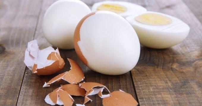 Éplucher un œuf dur sans le toucher, et en moins de 20 secondes? C'est possible!