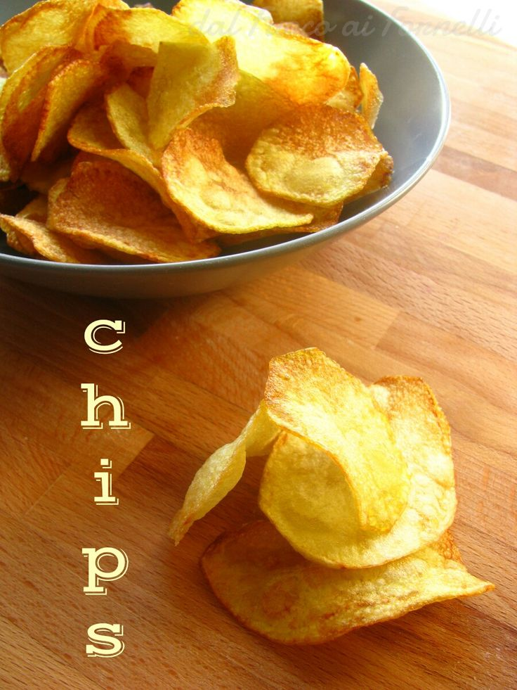 Una ricetta al volo: chips di patate croccantisssime. Tanto croccanti quanto quelle in sacchetto, ma ovviamente più buone!!