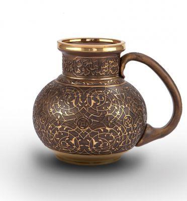 Herat kulplu maşrapa, Topkapı Sarayı Müzesi'nde yer alan klasik bir sürahi formundan esinlenilmiş, sürahinin boynu ve gövdesinin tüm yüzeyi kıvrımlı dallar, küçük hatayi çiçekleri ve rumilerle kademeli olarak süslenmiştir. Ağızda ve ayak kısmında altın kakma kıvrımlı dal ve rumi motiflerinden oluşan ince bir bordür yer alan maşrapa, Osmanlı kuyum işçiliğinin en güzel örneklerini sizlerle buluşturacak.. 800.00 TL