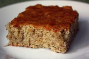 banana cake. sem gluten, sem lactose. com coco ralado. Site com várias receitas de bolo.