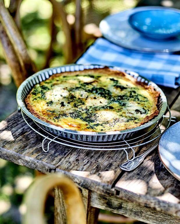 Tarte épinards et chèvre Sainte-Maure pour 6 personnes - Recettes Elle à TableIngrédients      250 g de farine 5 cuillère(s) à soupe de lait 2 pincées de fleur de sel 125 g de beurre froid 1 oeuf Pour la garniture 300 g d'épinards      2 oeufs entiers 2 jaunes d'oeufs 2 pincées de muscade râpée 1 bûche de chèvre cendré Sainte-Maure 25 cl de crème fraîche 6-8 feuilles de menthe fraîche