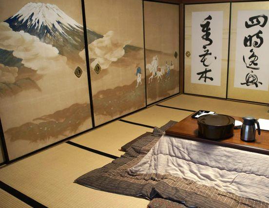 Una de las estancias del templo Ekoin, con la mesa preparada para la cena.