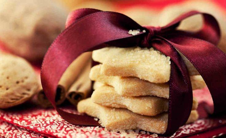 Que tal você aprender a fazer biscoitos de Natal para a sobremesa de final de ano? É uma receita deliciosa e sua família vai amar. Confira. Veja também: Receita de tender para o Natal 5 molhos para carnes da ceia de Natal Receita de rabanada para o Natal Ingredientes 2 colheres