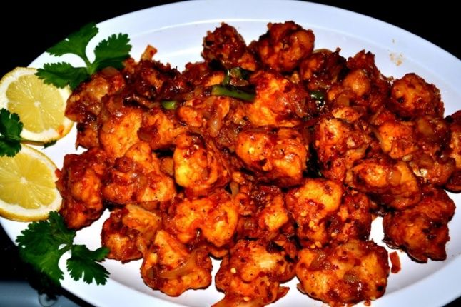 Gobi Manchurian (chou fleur du sud de l'Inde) Ingrédient : Sel, huile, feuilles de coriandre 1 chou-fleur de taille moyenne 1/2 cuillère à café d'ail en poudre ou en pâte  5-6 cuillères à soupe de farine de maïs ou de riz  3 cuillères à soupe de maida ou farine de riz ou blé 2 oignons émincés 1 piment vert émincé (dans le sens de la largeur) ou 1/4 de cuillère à café de sauce piment 3 cuillères à soupe de sauce tomate 2 cuillères à soupe de sauce soja