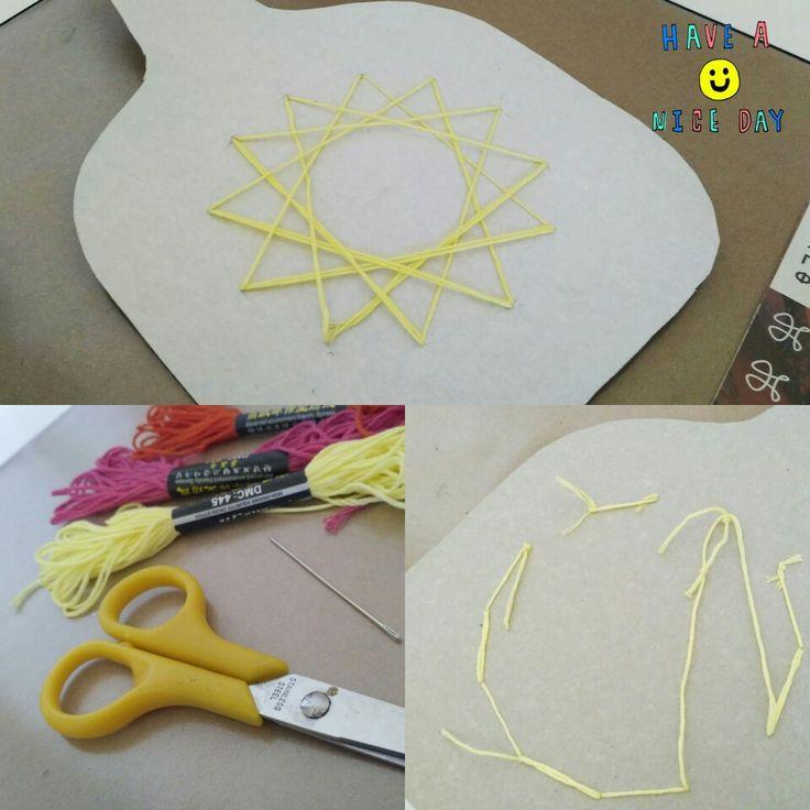 """Мини кухонная доска для  резки.  1 Готовим материалы( нитки  мулине, ножницы, иголку.) 2. Рисуем круг и по нему делаем 12 дыр толстой иголкой (""""дырявить"""" на одинаковом расстоянии) 3. Продеваем нитку в иголку и вышиваем  узор.(с кругом можно придумать любой. Например: часы, солнце, мяч) Но думаю вы догадались, что нужно сначала вырезать саму доску.)))"""