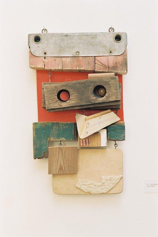 In ihren Holzarbeiten inspiriert Nele Probst das Material. Fundstücke aus ihrer jeweiligen Umgebung, wie Holz, Plastik, Folien und Ähnliches, werden in einen neuen Zusammenhang gebracht und somit zu einer neuen Aussage verbunden. Die Fläche und der Raum, die Materialität, das Verwitterte, das Gebrauchsspuren aufweisende der Fundstücke, sowie der ursprüngliche Gegenstand selbst spielen dabei eine wichtige Rolle. Den toten weggeworfenen Gegenstand zu beleben, ist Nele Probsts Intention.