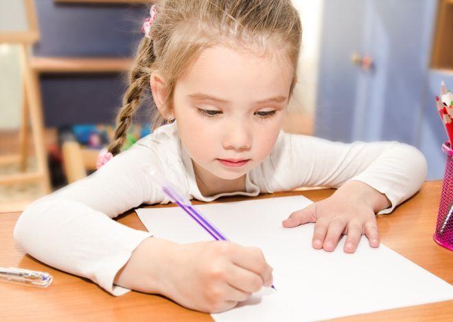 Non è una banalità: la calligrafia, o bella scrittura, non è solo una vecchia fissazione dei nostri nonni. Scrivere bene, ovvero con movimenti fluidi della mano, è essenziale per non affaticare mano, dita, polso, avambraccio e braccio... e a seguire anche il collo e la schiena. Oggi purtroppo in molte scuole elementari non si insegna correttamente COME scrivere lettere e numeri, mentre invece ha una grande importanza: la Montessori in questo, già nel 1800, ci vedeva lungo, e non a caso aveva…