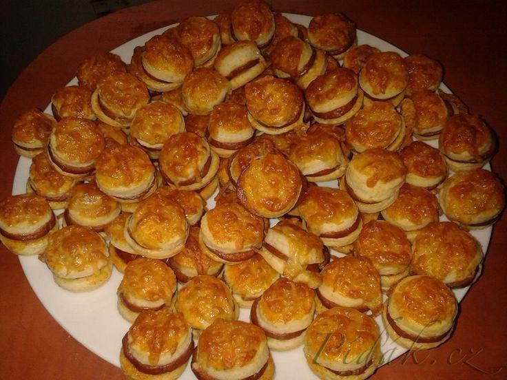 POTŘEBNÉ PŘÍSADY:  Těsto: 350g hladké mouky 250g hery  5 polévkových lžic zakysané smetany  Ostatní: klobásky sýr na ozdobu klobásky vejce na potření koření dle chuti  POSTUP PŘÍPRAVY: Připravíme si těsto.