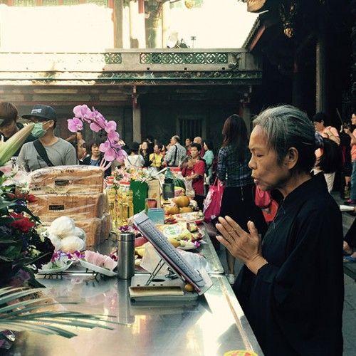 [第45回 夢で会えたら]「ここ一週間、毎日何時間もお経を唱えてる婆さんがいる」と仲間達が話してるのを聞き、早速見に行った。観光客が多いこの寺でそこまで熱心にお経を唱える人は珍しい。