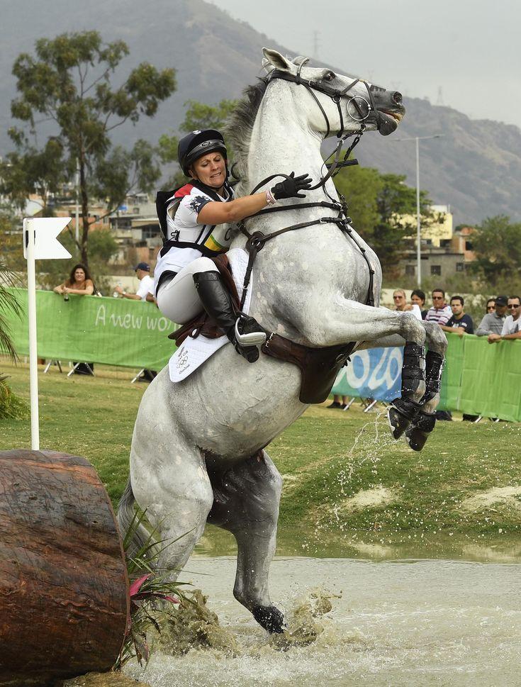 El caballo de la británica Gemma Tattersall enloquece durante la competencia individual de equitación (AFP)