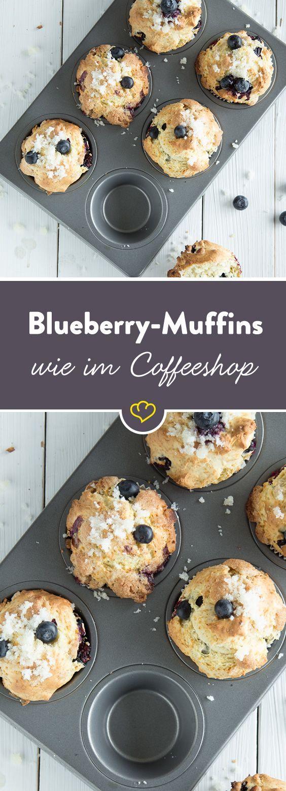 Den Umweg zum Coffeeshop kannst du dir ab sofort sparen. Diese supersaftigen Blaubeermuffins schmecken unwiderstehlich gut und sind in Windeseile gebacken.